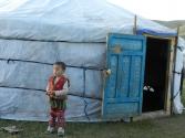 Dziewczynka przed jurtą