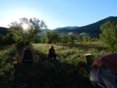 Poranek, nad rzeką unosi się mgła, a namioty pokryte szronem