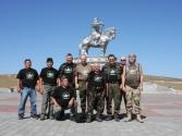 Największy na świecie pomnik Czyngis-chana pod Ułan Bator i cała nasza grupa. Od lewej Molom - kierowca Uaza, Baatar - kierowca Hyundaya, Krzysiek, Rafał, Tadzik, Tadzik, Krzysiek, Ignacy, z przodu Murun
