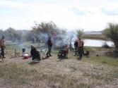 Tego dnia pogoda dopisała, piknik w pełni, piecyk dymi, jedzonko się gotuje. rzeka Herlen