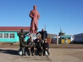 Nasza ekipa pod pomnikiem rewolucjonisty w miejscowości Omnodelger