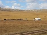Domek samowystarczalny: elektrownia wiatrowa i słoneczna, satelitarna telewizja i telefon. Góry Chentej