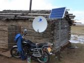 Czy człowiek musi mieć murowany dom o powierzchni 300 m? Niekoniecznie, ale ważny jednak jest motocykl, prąd, telefon i telewizja. Góry Chentej