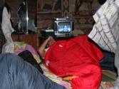 W chacie pasterskiej spaliśmy dosłownie wszędzie, spali też tu oczywiście gospodarze, razem czternaście osób na dwudziestu paru metrach kwadratowych