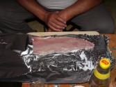 Robimy grawera czyli surową naciętą rybę posypaną solą i pieprzem oraz polaną sokiem z cytryny