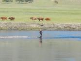 Niektórzy mongolscy wędkarze mają wędki, ale większość łowi z ręki